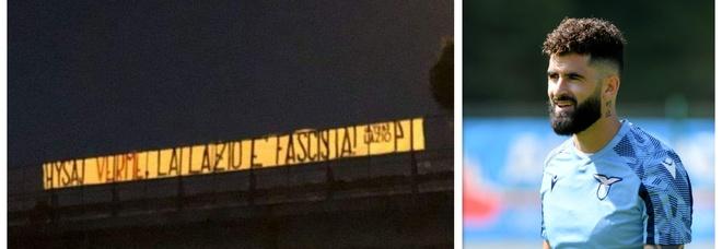 Hysaj canta Bella Ciao, lo striscione degli ultrà: «Verme, la Lazio è fascista». Ma i tifosi lo difendono sui social