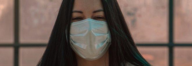 Coronavirus, lo studio: «Quasi la metà degli infetti asintomatici ma contagiosi, le mascherine sono fondamentali»