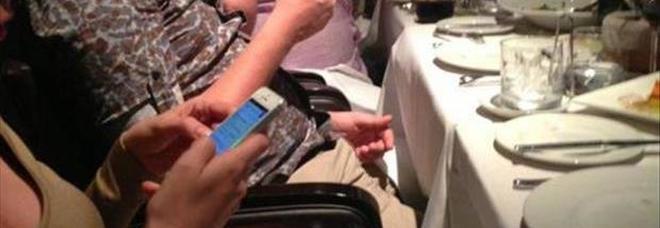 Roma, scappano dal ristorante senza pagare il conto ma tornano indietro: avevano dimenticato il cellulare