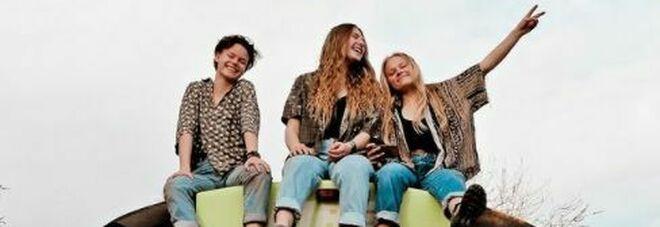 Scoprono di essere fidanzate con lo stesso uomo: tre donne si unicono e partono per un viaggio a bordo di uno scuolabus