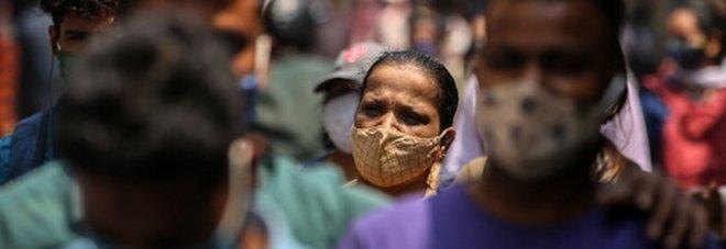 Coppia italiana bloccata in India: lei è ricoverata per Covid. «Dalle finestre vediamo bruciare cadaveri in strada»