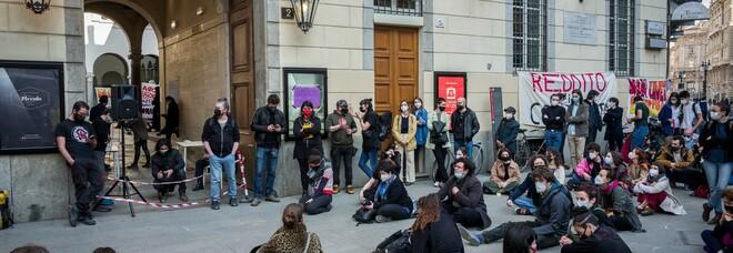 Milano, i lavoratori del Piccolo occupato: «Vogliamo contagiare anche gli altri teatri»