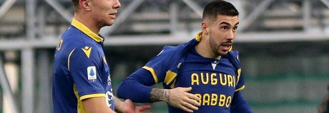 """Mostra la maglia con la scritta """"Auguri babbo"""" e viene ammonito. Il calcio italiano sta perdendo il buon senso..."""