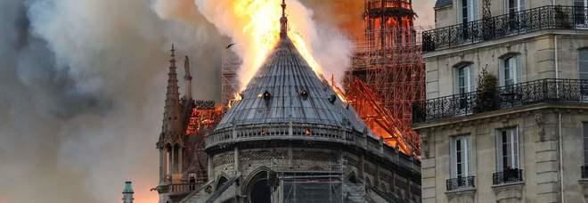 Risultati immagini per foto dell'incendio della cattedrale di notre dame