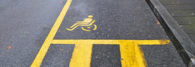 Disabile fa multare un'auto parcheggiata sul posto riservato: quando torna trova le gomme bucate
