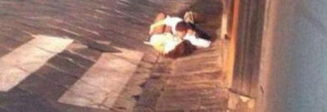 Sesso in strada nudi, gli amanti focosi scoperti: arriva la maxi-multa