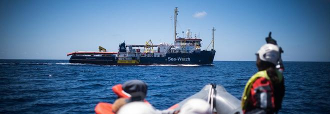 Sea Watch, la guardia di finanza sequestra la nave a Lampedusa: sbarcano i 47 migranti
