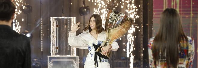 Amici 20, Gaia porta la coppa della finale: «Bello rivedervi, mi sto cag*ando addosso!»