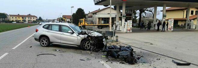 Il Suv gli taglia la strada: motociclista si schianta con la Suzuki e muore sul colpo