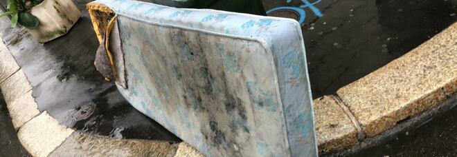 Il cestino scambiato per discarica: materasso abbandonato nel cuore di Milano FOTO