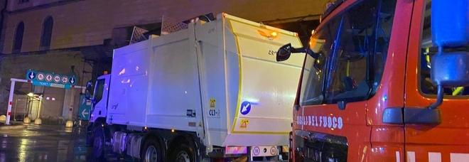 Uomo trovato nel camion dei rifiuti prima della compattazione: salvato in extremis