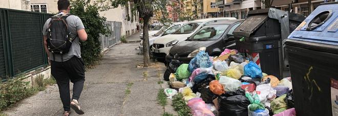 Rifiuti a Roma, per lo smaltimento servono almeno 15 giorni. I medici: «Rischio di crisi igienica»
