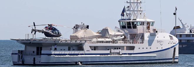 Yacht Con Elicottero Prezzo : Napoli spunta un panfilo con l elicottero ecco chi è il