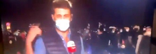 Guerriglia a Napoli, Paolo Fratter e la troupe di Sky tg24 aggredita in diretta - IL VIDEO