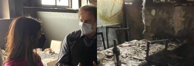 Roma, incendio doloso al ristorante Portobello. Virginia Raggi incontra il proprietario: «La loro battaglia è la nostra»