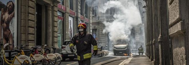 Milano, terrore in centro: furgone in fiamme, clienti in fuga dai negozi FOTO
