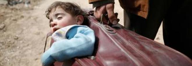 Il bimbo nella valigia del papà simbolo della tragedia dei civili a Ghouta