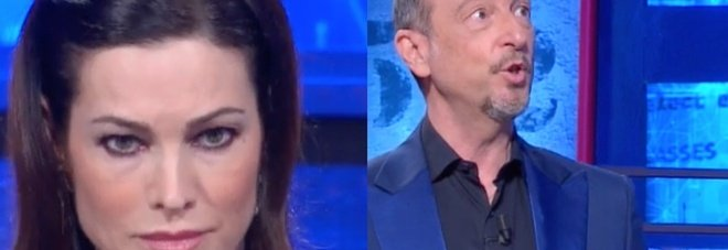 Amadeus, Manuela Arcuri ai Soliti Ignoti. Il parente misterioso entra in studio e spiazza tutti: «È furioso...»