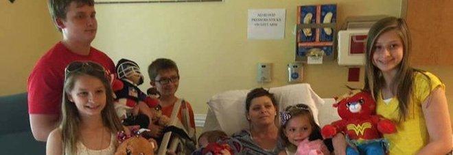 Mamma di 6 figli muore di cancro, l'amica li adotta tutti