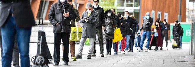 Coronavirus a Milano, nuovo assalto ai supermercati: code di un'ora e mezza. In fila: «Speriamo che non chiudano»