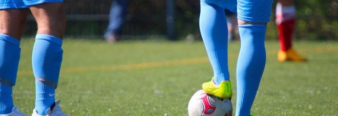 Morso alla testa durante la partita di calcio, dente incastrato nel cuoio capelluto: 14enne operato con urgenza