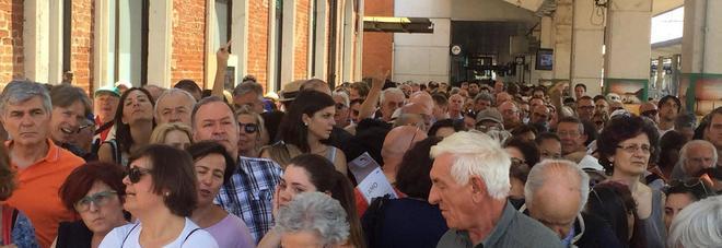 Passerella christo caos in stazione bloccati in tremila for Scuola di moda brescia