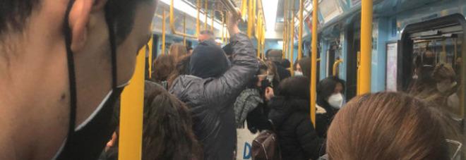 Milano in zona arancione, ma la metro è sempre piena. Atm: «In servizio blocco accessi automatico» FOTO