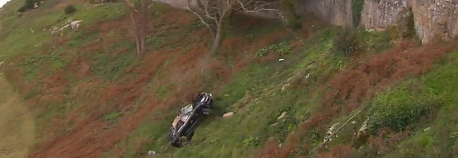 Spagna, auto precipita per 20 metri in un burrone: le due persone a bordo illese