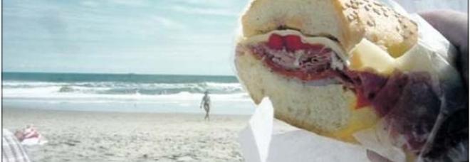 «Vietato mangiare il panino portato da casa»: scoppia il caos in spiaggia nel Salento