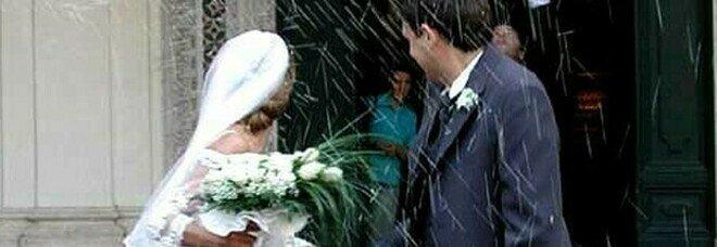 Lo sposo è positivo, in 100 in isolamento dopo le nozze. «Era stato in Sardegna per l'addio al celibato»
