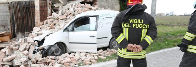 Rovigo: fornaio esce di strada col furgone delle consegne e abbatte una casa