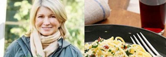 Martha Stewart e la carbonara da incubo: aglio, panna, bacon e prezzemolo tra gli ingredienti di una pasta scotta