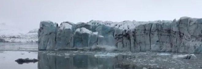 """Ghiacciaio perde un pezzo e crea uno """"tsunami"""" a pochi metri dai turisti"""