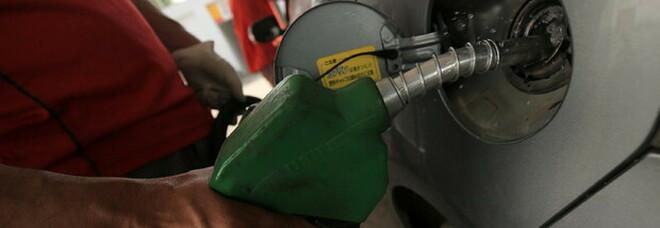 Benzina, allarme caro prezzi sui carburanti per Ferragosto