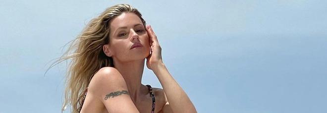 """Michelle Hunziker, il gesto """"choc"""" durante il temporale in spiaggia. Interviene il bagnino: «Ma che fai?»"""
