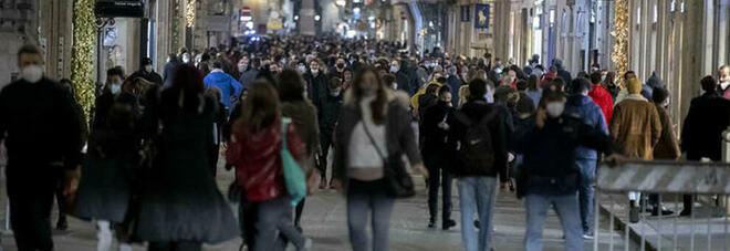 Vie dello shopping invase a Roma, Milano e Napoli. L'appello: «No assembramenti». Ma le regole lo permettono