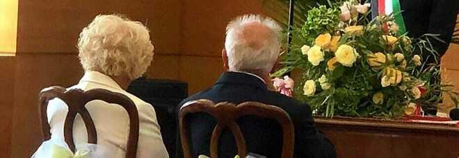Coppia di ultraottantenni si sposa a Bari, la foto è tenerissima. Il sindaco De Caro: «L'amore ti sorprende sempre»