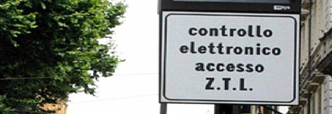 """Roma, bagarre sulle Ztl del centro spente. Scontro Raggi-consiglio comunale che ha votato """"No"""". Commercianti inviperiti"""