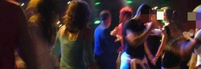 Sesso in bagno in discoteca la 16enne del video hard - Ripresa di nascosto in bagno ...