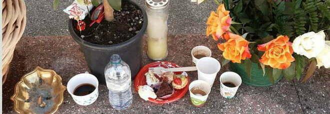 Caffè, sigarette e pasticcini sulla tomba del defunto: il banchetto dei nomadi Rom in cimitero FOTO