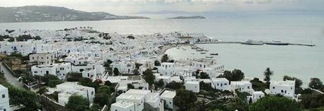 Allarme variante Delta, Mykonos e le altre isole della Grecia si blindano: agenti tra i turisti