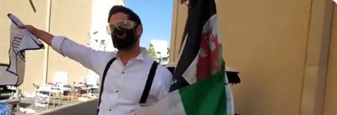 Tom Ellis con la bandiera italiana sul set: «E' stata la mafia...». Scoppia la bufera sul social