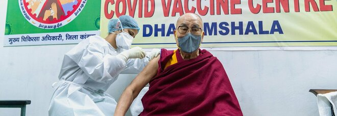 Il Dalai Lama si è vaccinato con AstraZeneca: «Questa iniezione è molto utile»
