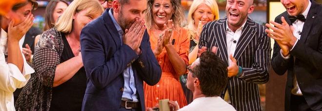 Antonio Lorenzon vince Masterchef Italia e si inginocchia davanti al compagno: «Mi vuoi sposare?»