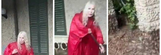 Ivana Spagna, il dramma dell'alluvione al lago di Como: spazza il fango dalla villa. «E' pazzesco» VIDEO