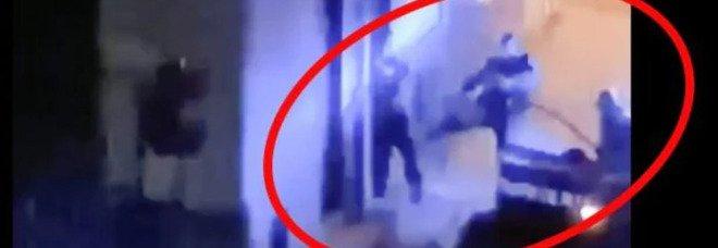 Ragazzo preso a calci dai carabinieri perché viola il coprifuoco: sul web il video scandalo