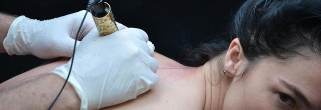 Il tatuaggio stile di vita, le opere su pelle di Marco Manzo sbarcano alla Biennale di Venezia VIDEO