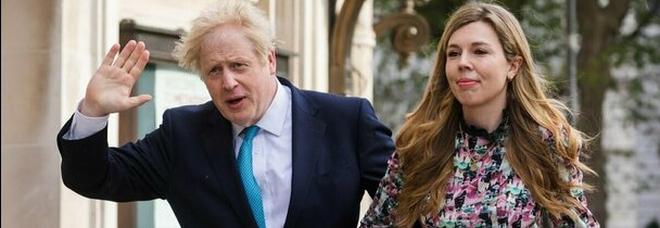 """Boris Johnson e la moglie Carrie Symonds genitori per la seconda volta: l'annuncio social e il """"cuore spezzato"""" per il precedente aborto spontaneo"""
