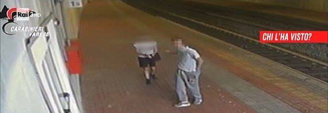 Costringe una minorenne a scendere dal treno e la stupra, le immagini choc a Chi l'ha Visto: «Conoscete quest'uomo?»