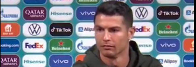 Cristiano Ronaldo sposta la Coca Cola dall'inquadratura: «Dovete bere acqua». E sui social è bufera VIDEO